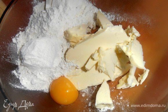 Соединяем муку(сначала 100гр,потом сколько возьмёт тесто,добавляем)+масло комнатной температуры и желток.