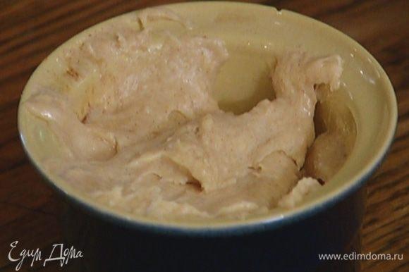 Керамические формочки смазать оливковым маслом и выложить в них тесто, заполняя на 3/4 объема.
