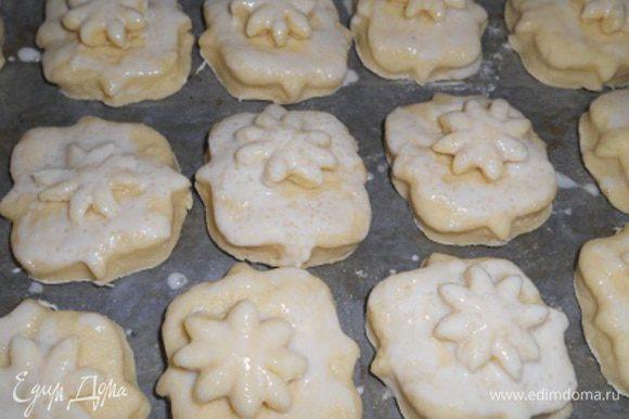 йогурт смешать с сахаром и смазать вверх булочек выпекать при т.220-230 гр. около 20 мин. до золотистой корочки