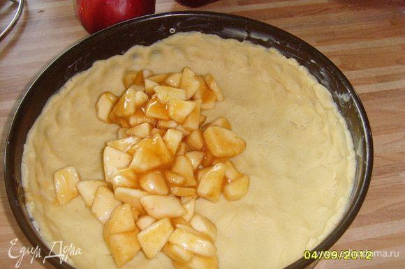 Распределить яблочную начинку по коржу.