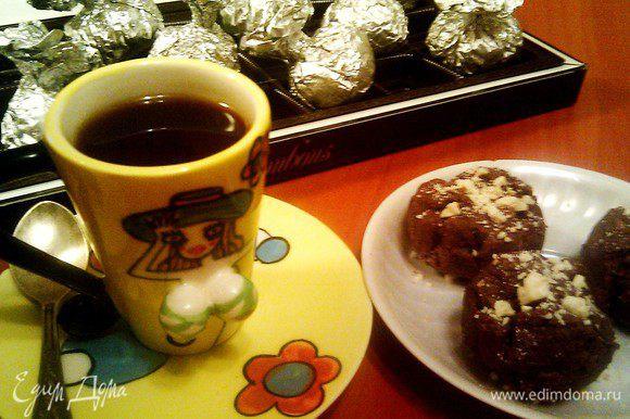 В фольге конфетки прекрасно хранятся,поэтому лучше сразу делать двойную порцию!И ещё:орехи можно не крошить,а положить внутрь целый фундук,например...Приятного аппетита!