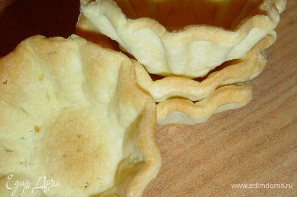 Готовое слоеное тесто раскатываем, стаканом вырезаем кружочки, распределяем их в смазанные маслом формочки и выпекаем при температуре 180 гр. до золотистого цвета.