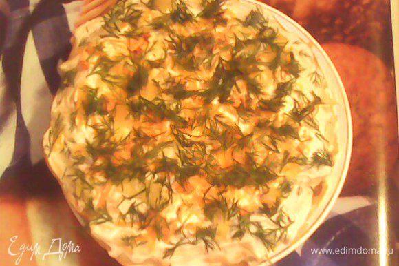 Переложить блинчики в таком порядке: 1 печеночный - майонез - 1 печеночный - майонез - 1 омлетный майонез+зажарка......и далее по той же схеме. Верхний слой смазать майонезом и посыпать зеленью. Приятного аппетита))