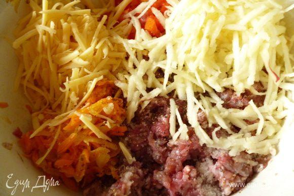 К мясному фаршу добавить обжаренные лук и морковь, нарезанный мелким кубиком один болгарский перец, почищенное от кожицы и натертое на крупной терке яблоко, натертый сыр, сметану, соль и молотый перец.