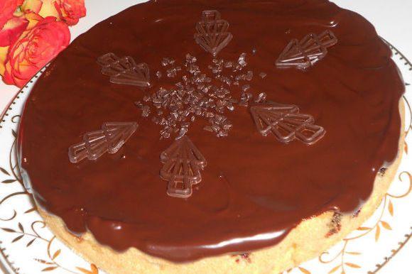 Перевернуть пирог вишней вверх и нанести глазурь только на горизонтальную поверхность. На боковые она сама красиво стечёт. Когда глазурь застынет, можно дополнительно украсить готовыми шоколадными фигурками.