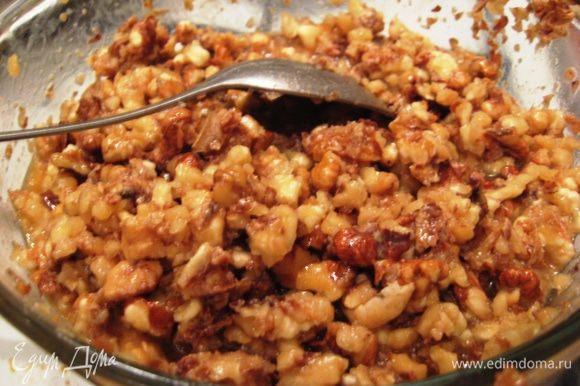 Добавляем мед, орехи и тщательно перемешиваем. Вливаем сливки и доводим до кипения. Выключаем огонь.