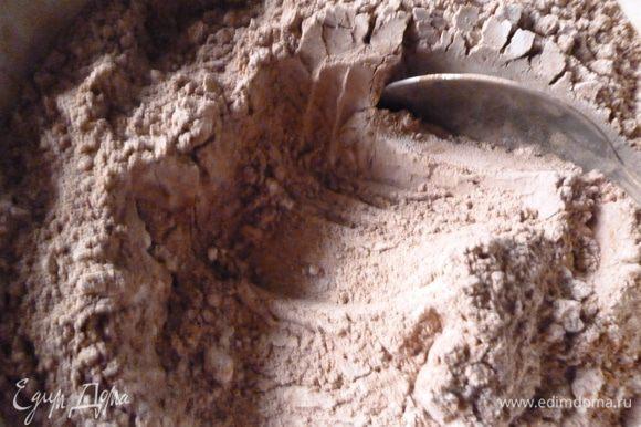 Муку смешать с какао и с разрыхлителем. Добавить мучную смесь понемногу к яично-сметанной и хорошо перемешать. Тесто получается как густая сметана.