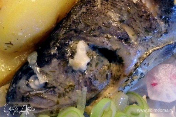 Всё готово, разложить рыбу и картофель порционно и звать едоков. Можно добавить зелёный лук и редис... Приятного аппетита!