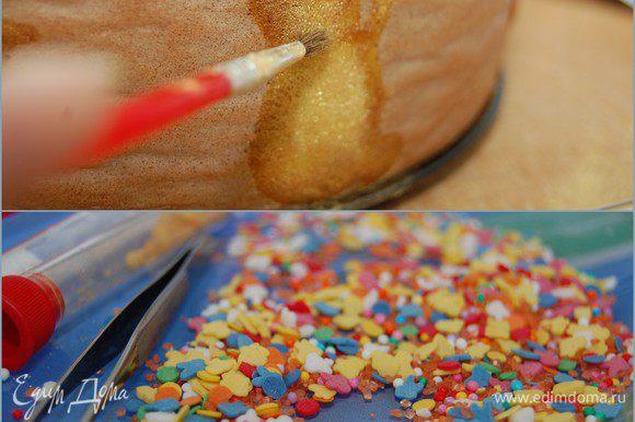 Для декора мне потребовался следующий набор «инструментов»: пищевые красители «золото» и «серебро», кисточка, кондитерские посыпки, маленький кусочек шоколада который нужно растопить, зубочистка, тоненький пинцет и терпение. «Золотом» и «серебром» я «оживила» своих Касперов. И они стали красивые и даже немножко объемные. Благодаря шоколаду и посыпкам – у них появились глазки и ротики. Ну и по контуру прошлась забочисткой в шоколаде! Жаль, что рядом не оказалось гелевых карандашей.