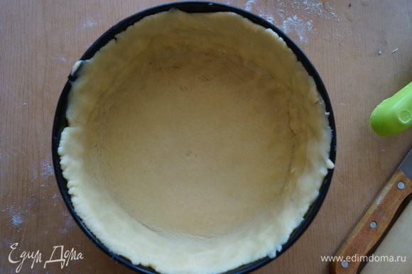 Большую часть теста раскатываем в пласт и выкладываем в форму для выпечки