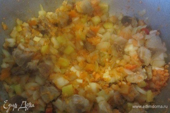 Овощи нарезать не крупно и добавить к мясу, пережаривать до золотистого цвета.
