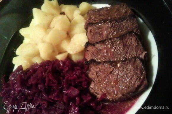 Подаем мясо с картофельным гарниром и тушеной краснокочанной капустой по-немецки по рецепту http://www.edimdoma.ru/retsepty/47596-tushenaya-krasnokochannaya-kapusta-po-nemetski-rotkraut-blaukraut-rotkohl.