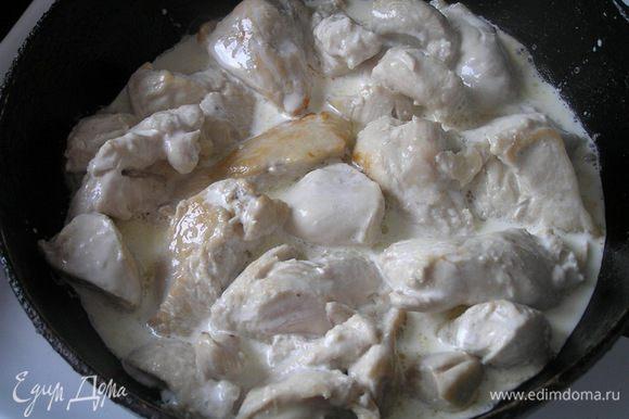 Куриное филе нарезать небольшими кусочками, обжарить на растительном масле, влить теплые сливки, тушить 10 минут.