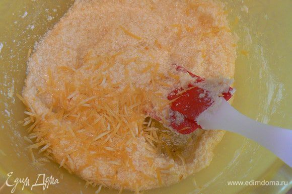 Вбить яйцо, добавить ванилин и лимонную цедру.