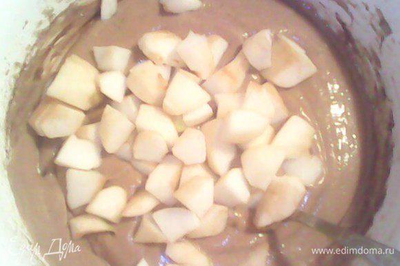 Вмешать в тесто яблоки. Форму смазать сливочным маслом и посыпать мукой.