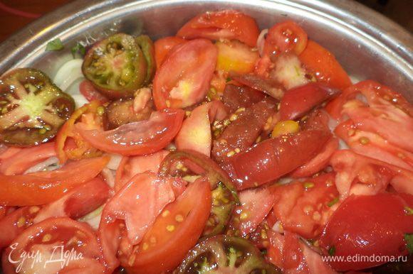 теперь укладываем слои в обратном порядке - зелень, перец, лук и последний слой всегда помидоры, слоем может быть и больше, если вы готовите на огромную компанию, обязательно влейте сок от помидоров, добавьте стакан светлого пива и поставьте сначала на средний огонь пусть появиться сок, затем можно немного добавить, чтобы закипело, дальше на очень маленький огонь и забудьте про кастрюлю часа на 1,5-2, правда забыть будет сложно - такой аромат будет стоять умопомрачительный!
