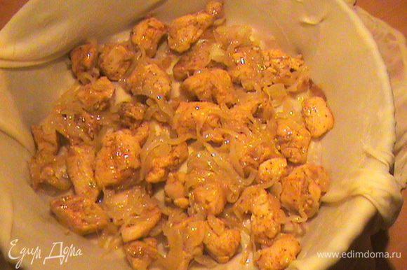 Кладём следующий пласт и выкладываем на него куриную начинку. Прикрываем краями, смазываем маслом. Повторяем шаги, пока начинка не закончится.