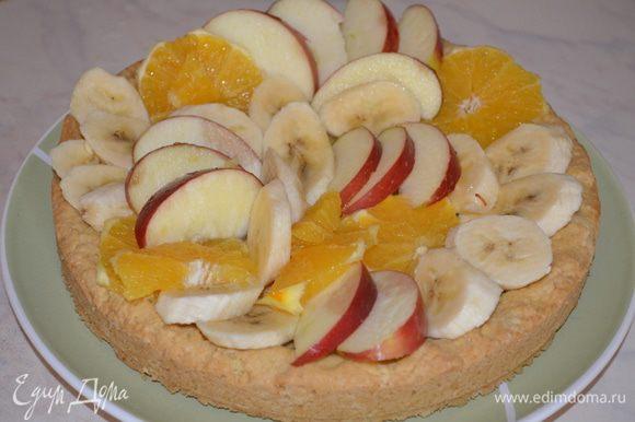 Как желе начнет густеть и остынет выливаем его аккуратно на фрукты и убираем в холодильник застывать. Часть желе просочится в корж и он станет мягким, а часть зафиксирует фрукты - и пирог будет очень плотный,будет держать форму при разрезании! Очень вкусно и нарядно!
