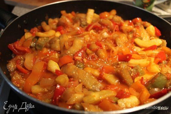 В последнюю очередь обжариваем лук до золотистого цвета, добавляем помидоры и чеснок с перцем чили, посолим, потушим на среднем жару тоже минут 7 (помидоры не должны развариться в кашу). В сочный томатный соус добавляем все обжаренные овощи и тушим под закрытой крышкой на среднем жару минут 5, чтобы овощи пропитались соусом. В конце тушения добавляем всю зелень, перемешиваем с овощами и выключаем плиту.