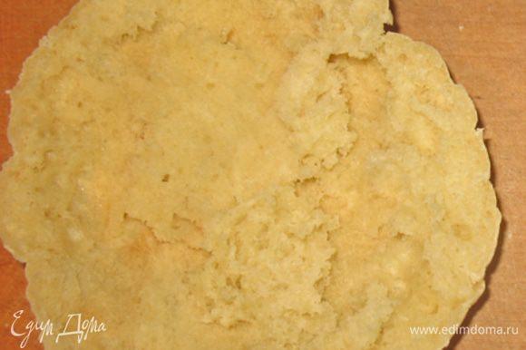 Питу разрезаем вдоль на две части, смазываем немного растительным маслом и выкладываем на противень. Противень ставим в разогретую духовку до 220 градусов на 4-5 минут, чтобы хлеб немного подсох.