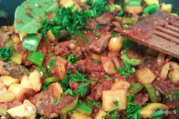 Режем петрушку, добавляем к мясу вместе со специями. Тушим 15 мин. до выкипания жидкости. Пересыпаем смесь в кастрюльку, заливаем горячим бульоном. Ставим в духовку на нижний уровень на 1,5 часа (имитируем старинную печь). По необходимости подливаем немного воды (она не должна покрывать овощи и мясо полностью, но не должна полностью выкипеть).