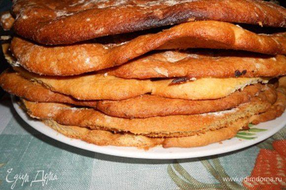 У меня получилось 7 коржей, края коржей обрезать по форме вашего блюда для торта, смолоть обрезанные края, ими можно обсыпать вверх и бока торта.