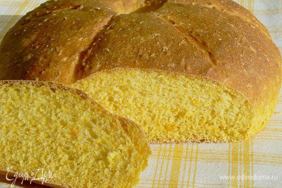 Выпекать первые 10 минут с паром, потом понизить температуру до 200 ° и выпекать еще 35-40 минут. Остудить хлеб на решетке.
