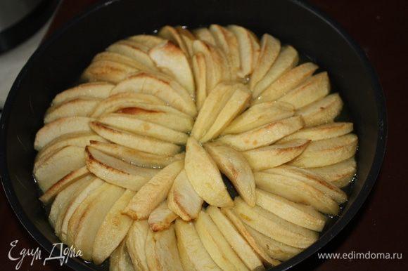 Яблоки достать из духовки и поставить на плиту на маленький огонь на 25 минут.