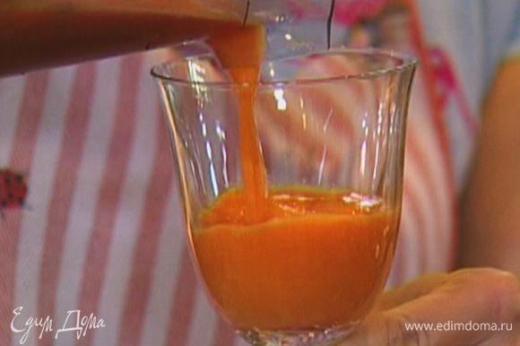 Выжать сок из моркови, редиски и яблока.