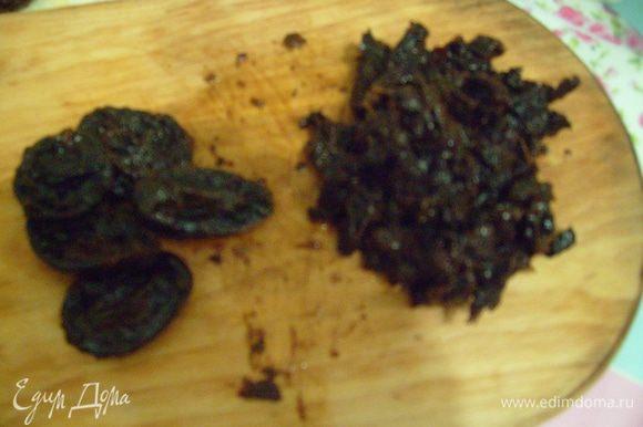 Вымытый чернослив порезать на небольшие кусочки.