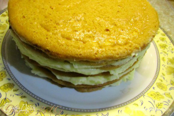 Поставить торт в холодильник на 2-3 часа. После охлаждения перевернуть на блюдо. По желанию украсить.