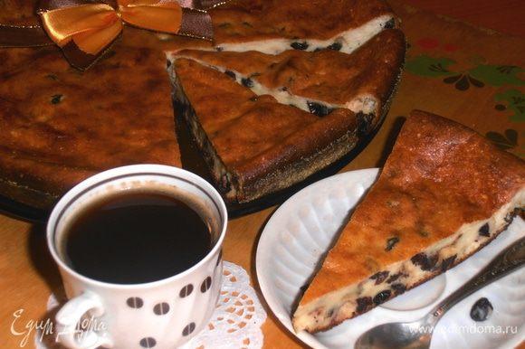 Очень нежный,в меру воздушный (легко можно сжать до конца!) получился пирог,богатый творогом и изюмом!