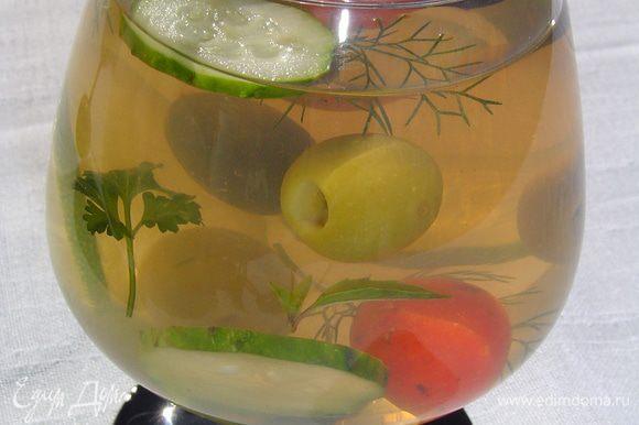 Подготовленные овощи делим на две части и ими заполняем бокалы, добавляем заливку и ставим в холодильник до полного застывания.