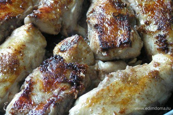 На растительном масле с добавлением свиного жира обжарить замаринованного цыпленка до золотистого цвета. Затем добавить вино, оно должно выпариться до половины объма.