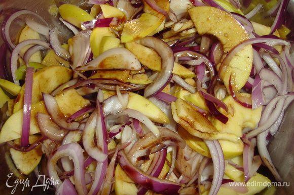 Смешаем лук и яблоки с небольшим количеством соли, бальзамика, соевого соуса и растительного масла - приправляем слегка...