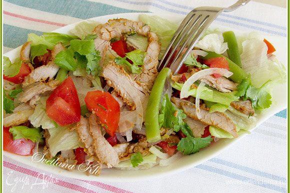 На блюде разложить салатные листья. Затем помидоры, фасоль, лук, мясо ломтиками. Полить салат заправкой. Очень вкусно. Приятного аппетита!