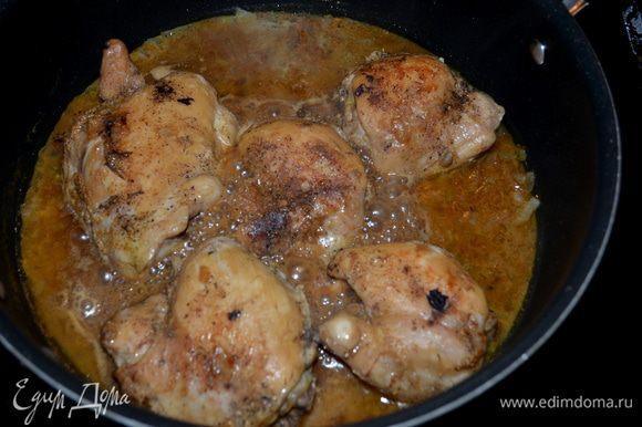 Добавить куриные кусочки и готовить вместе с соусом несколько минут. Подавать к столу, посыпав листьями свежей петрушки /у меня сухая/.