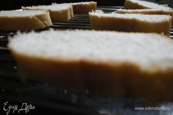 Поджарить хлеб в духовке около 2 минут с двух сторон, затем полить примерно одной столовой ложкой оливкового масла.