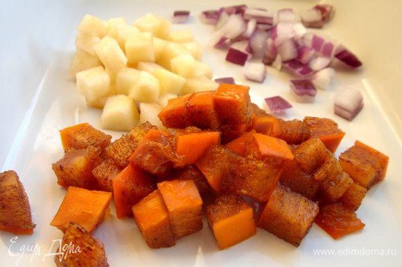 Хурму, яблоко и лук нарезать произвольно (кубики,дольки и т. д.).Мелко порезать зелёный лук и кинзу.