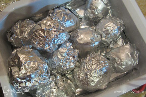 Теперь самый главный секрет, эти конфетки сразу нужно обязательно класть в морозилку перед подачей на 1.5 - 2 часа, предварительно каждую обернув фольгой, так как вафелька может просто впитать крем и она размокнет. У меня была емкость для льда в морозилке, вот туда я их и складывала. Приятного! P.S.-эти конфетки спокойно можно хранить в морозилке, я полпорции конфеток на ночь оставила в морозилке,а полпорции в холодильнике, те что были в морозилке отлично можно сразу кушать, правда крем немного застыл, стал немного как мороженное, но вкусно)
