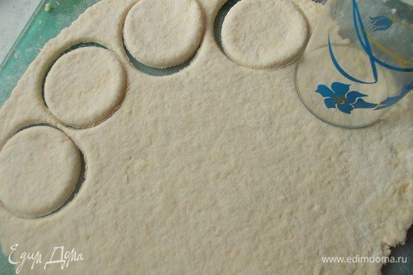 Раскатать тесто и вырезать формочкой или стаканом фигуры.