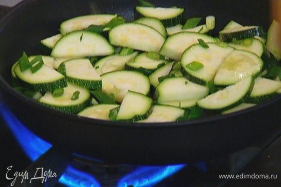 Выложить лук к цукини, перемешать, посолить, поперчить и еще немного обжарить.
