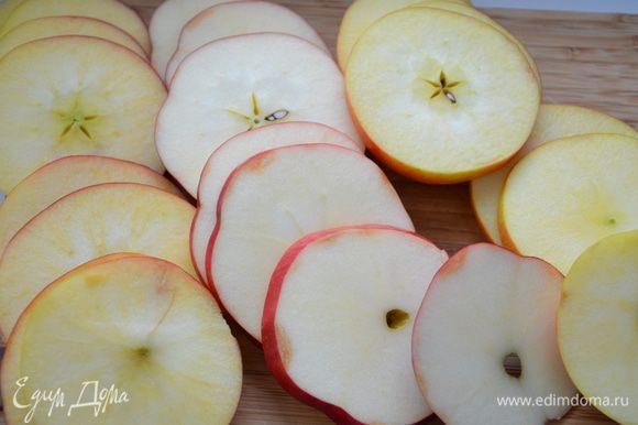 Яблоки нарезать кольцами,толщиной около 0,5 см.