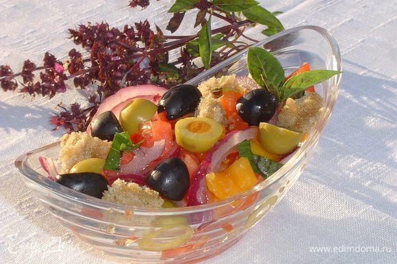 добавляем хлеб, оливки, маслины, измельченную зелень, базилик,солим,перчим и заправляем оливковым маслом, еще раз перемешиваем,