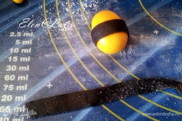 Теперь с помощью полосочек из черной мастики украсить наших крупных будущих пчелок.