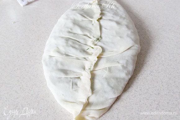 После того, как лепешка скреплена, ее нужно перевернуть и прижать к столу, как бы, раскатывая. Она станет еще тоньше. Затем лепешку перенести на сухую сковородку. На самом деле, такие лепешки жарят на специальной жаровне, она большего размера, чем сковорода. Но приходится приспосабливаться к тому, что имеем в наличии.