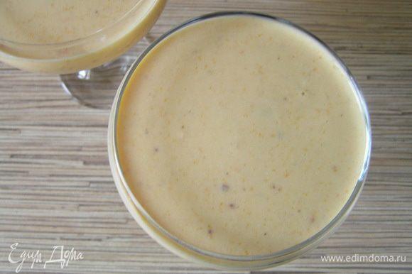 Разлить по формочкам или креманкам, убрать в холодильник на несколько часов до застывания.