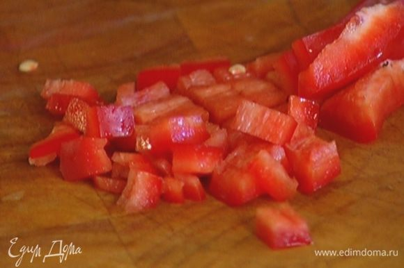 Сладкий перец, удалив плодоножку с семенами, мелко порезать.