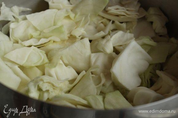 На дно кастрюли выложить слой капусты.
