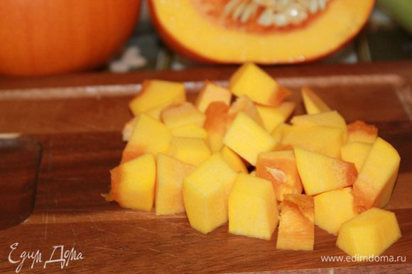 Тыкву очистите, удалите семена, мякоть нарежьте кубиками, залейте овощным бульоном и варите 15 минут.